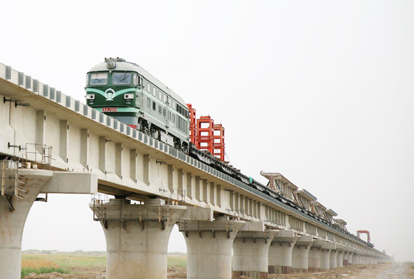 新疆跨度最长的铁路桥——格库铁路台特玛湖特大桥完成架设铺轨133孔
