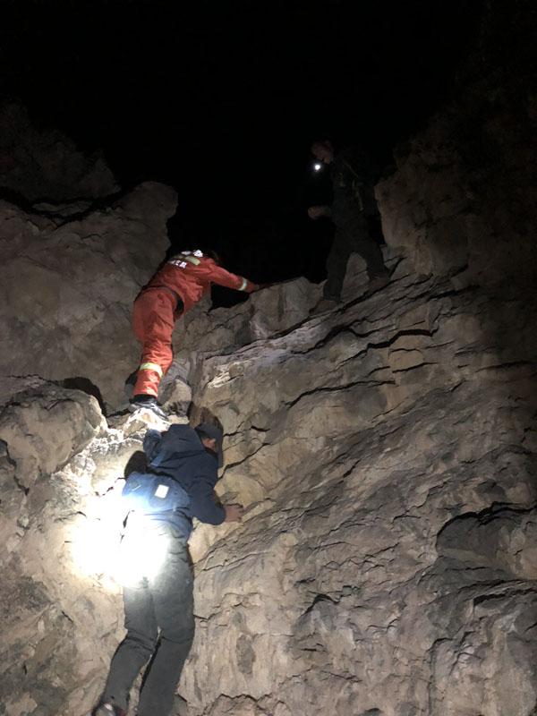 [困悬崖4小时下山]驴友假日徒步被困悬崖 巴州消防成功营救